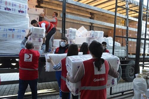 Depremzedelere 5 tır yardım gönderildi 6