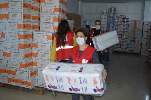 Depremzedelere 5 tır yardım gönderildi 8
