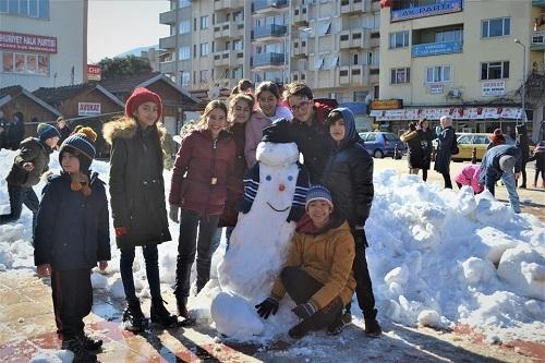 Başkan İnal, çocukların ayağına kar getirdi 1