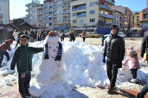Başkan İnal, çocukların ayağına kar getirdi 10