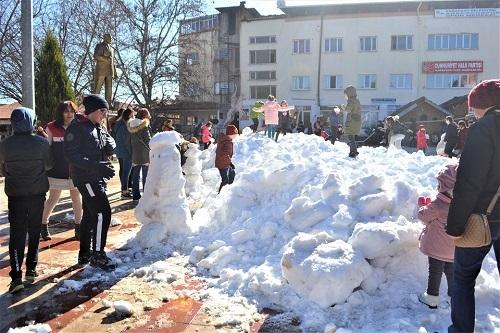 Başkan İnal, çocukların ayağına kar getirdi 11