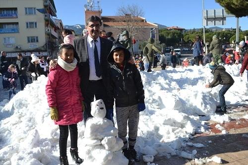 Başkan İnal, çocukların ayağına kar getirdi 13