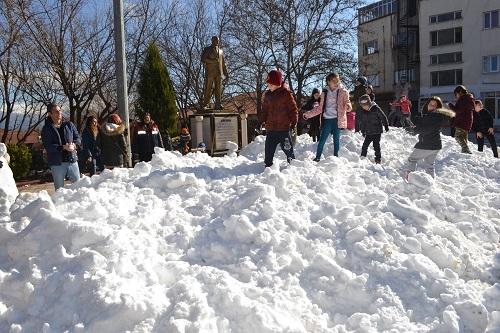 Başkan İnal, çocukların ayağına kar getirdi 2