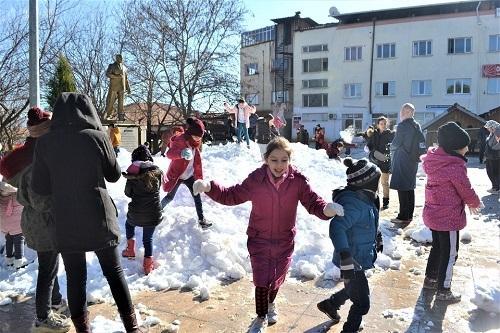 Başkan İnal, çocukların ayağına kar getirdi 5