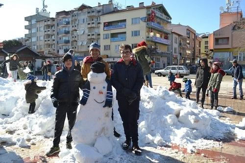 Başkan İnal, çocukların ayağına kar getirdi 6