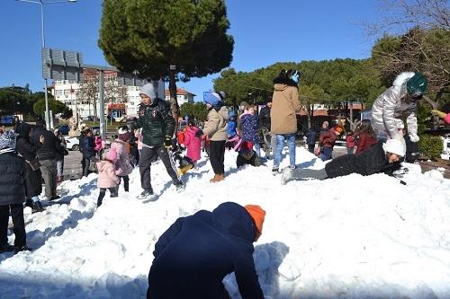 Başkan İnal, çocukların ayağına kar getirdi 9