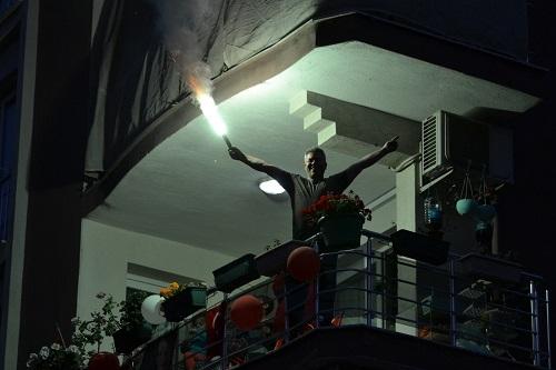 Bayramı balkonlarda coşkuyla kutladılar 2