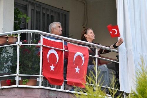Bayramı balkonlarda coşkuyla kutladılar 7
