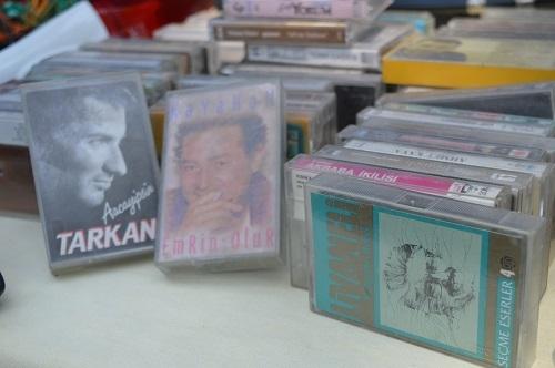 Bir zamanların gözdeleri kaset ve plaklar tezgahlarda 4