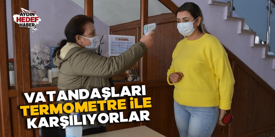 Karacasu Belediyesi vatandaşları termometre ile karşılıyor