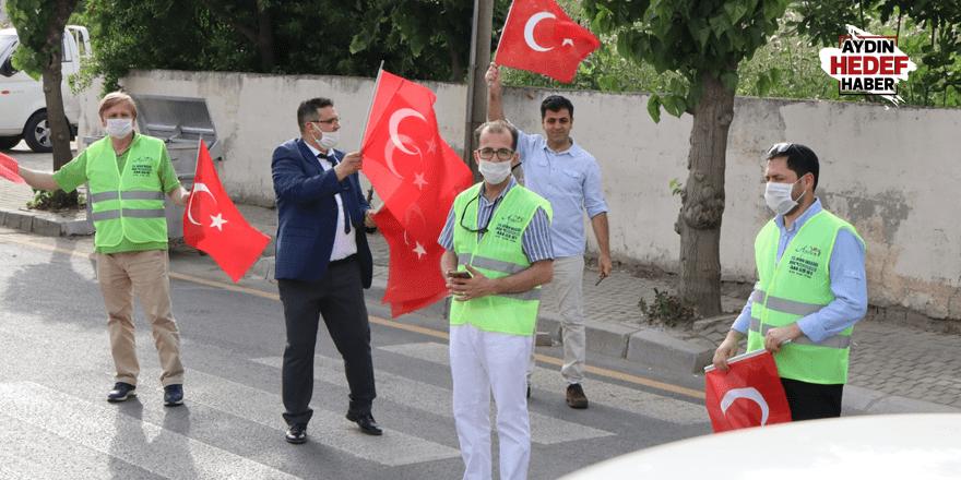 5 bin Türk bayrağı dağıtıldı