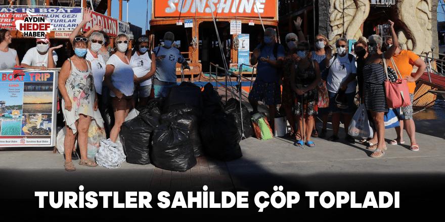 Turistler sahilde çöp topladı