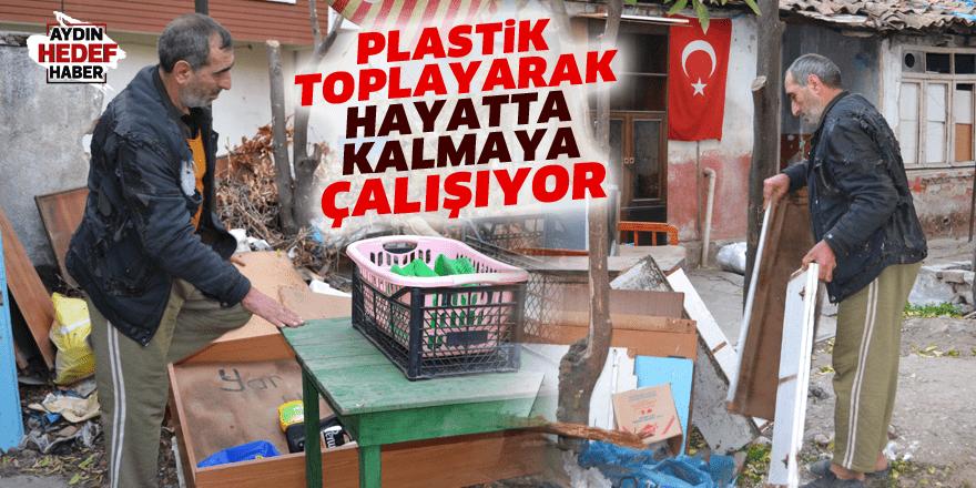 Plastik toplayarak hayatta kalmaya çalışıyor