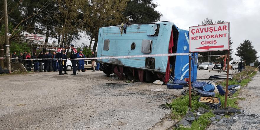Tarım işçilerini taşıyan midibüs kamyonla çarpıştı