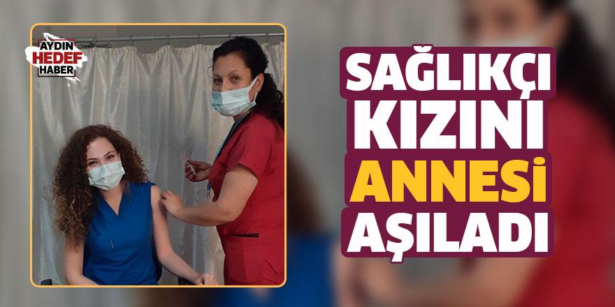 Sağlıkçı kızını annesi aşıladı