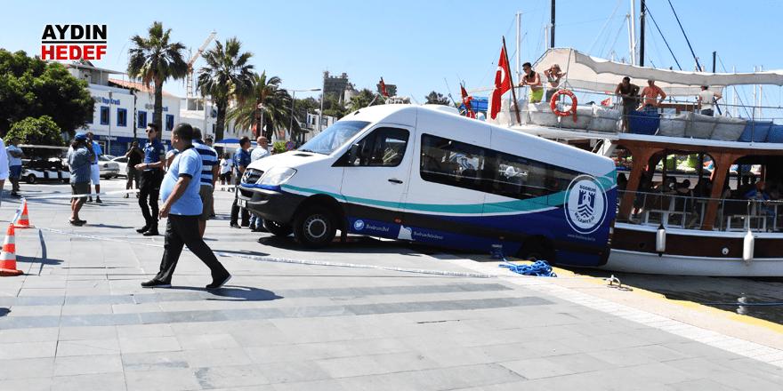 Denize düşmek üzere olan minibüs kurtarıldı