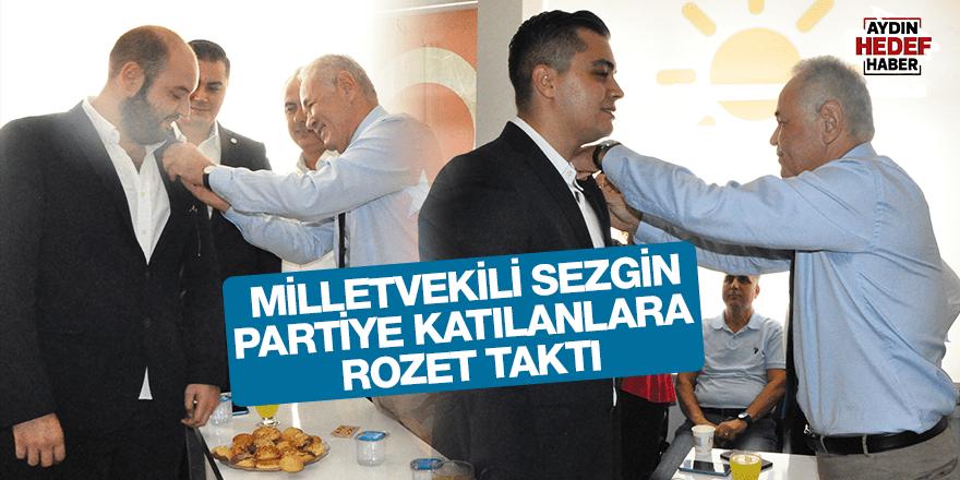 Milletvekili Sezgin, partiye katılanlara rozet taktı