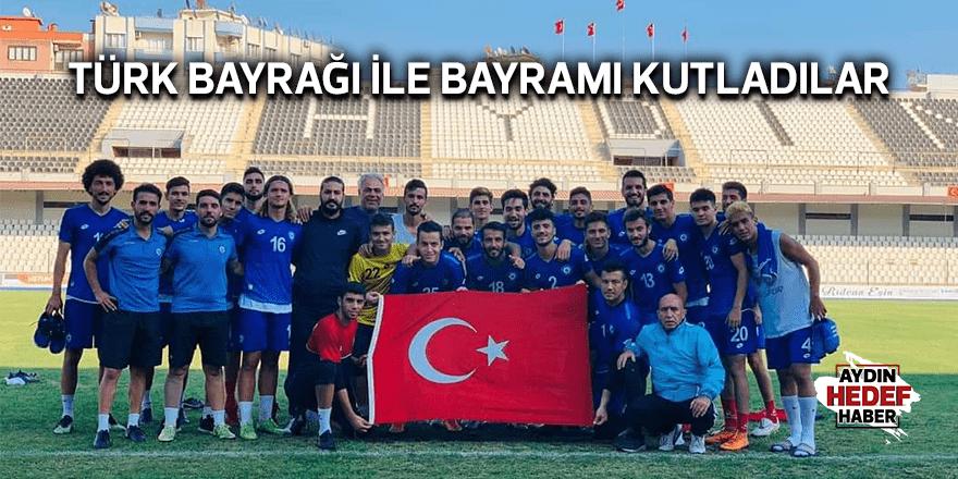 Türk bayrağı ile bayramı kutladılar