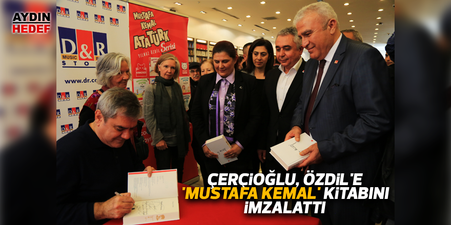 Çerçioğlu, Özdil'e 'Mustafa Kemal' kitabını imzalattı