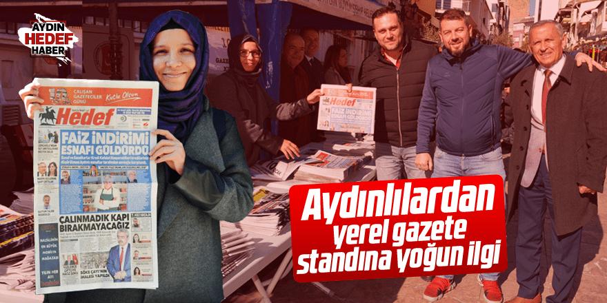 Aydınlılardan yerel gazete standına yoğun ilgi