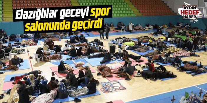 Elazığlılar geceyi spor salonunda geçirdi