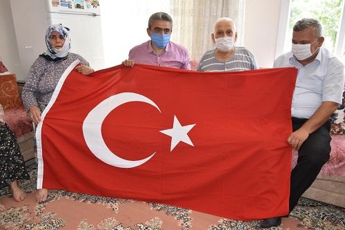 baskan-alicikdan-turk-bayrakli-anlamli-ziyaret-169087-1ea7328c07956ea46edc85661aeebff3.jpeg