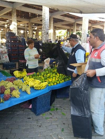 karacasu-belediyesi-pazarci-esnafina-cop-poseti-dagitti-131400-233efe59527c7e84371a60705432cff9.jpg