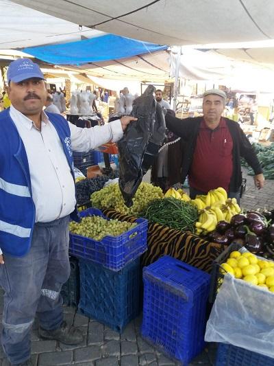 karacasu-belediyesi-pazarci-esnafina-cop-poseti-dagitti-131400-562ae74fe385aa8c788017a1eaa96c7a.jpg