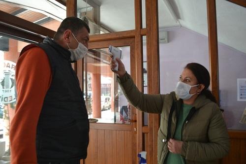 karacasu-belediyesine-gelenler-termometre-ile-karsilaniyor-154656-12c5415cf05aac5d2f351dff3aa140f0.jpg