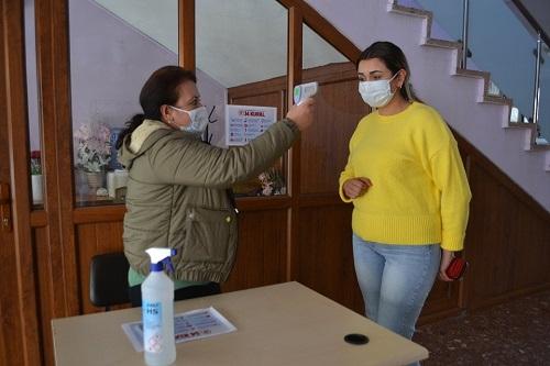 karacasu-belediyesine-gelenler-termometre-ile-karsilaniyor-154656-d2e40306018b2e2b839978f391489c5c.jpg