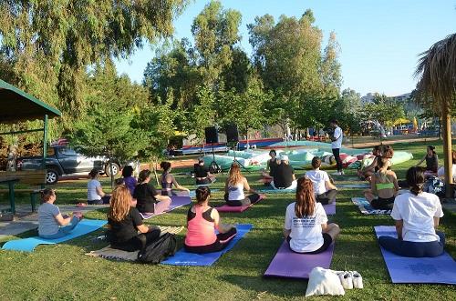 kusadasi-belediyesinden-dunya-yoga-gunu-etkinligi-222642-48572334feab460b354f2af5ad9a5363.jpg