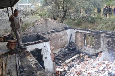 tezcan-buyukyapiciyla-birlikte-evi-yanan-aileyi-ziyaret-etti-95843-3f40561095c4c6d2351fcd21bdb6fed3.jpg