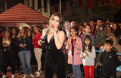 yarim-asirlik-festival-lara-konseriyle-sona-erdi-105105-99d639940b09728934c0b46837cfd016.jpg